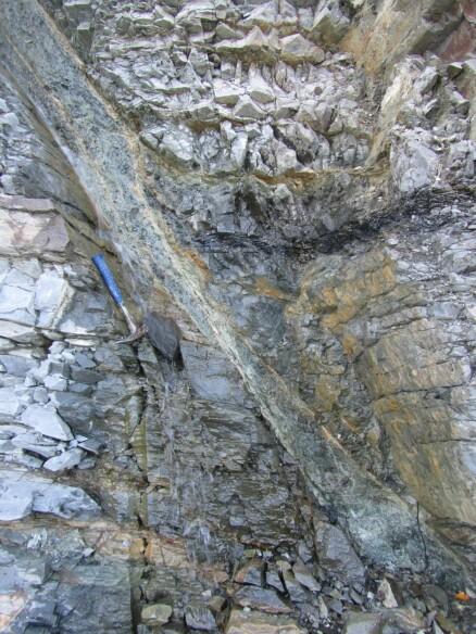 På bildet ser vi en forkastning med det som kalles en paleoproterozoisk bergart, datert cirka 800 millioner år tilbake i tid. (Foto: Jean-Baptiste Koehl)