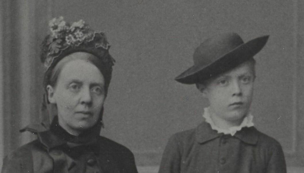 Fredrikke Marie Qvam og sønnen David Andreas Qvam. David Andreas Qvam døde av tuberkulose i 1889, kort tid etter at bildet ble tatt.  (Foto: Fra arkivet etter Norske Kvinners Sanitetsforening, Riksarkivet)