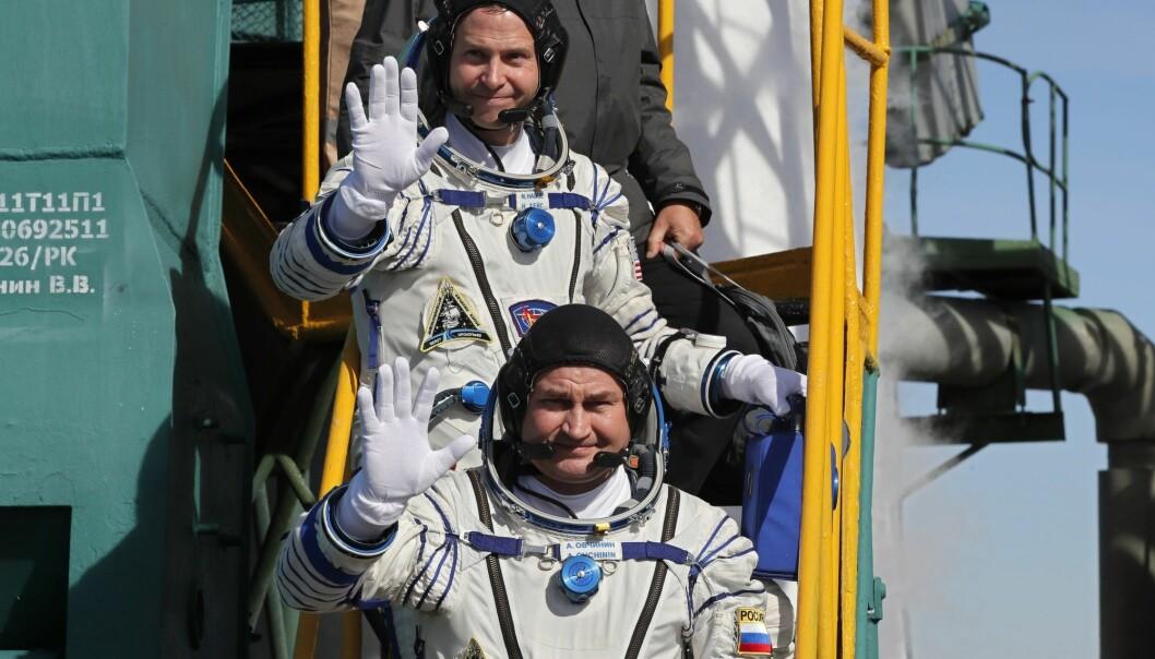 Amerikanske Nick Hague (t.h.) og russiske Aleksej Ovtsjinin måtte torsdag avbryte ferden mot Den internasjonale romstasjonen. Dette bildet ble tatt da de to var på vei ut til Sojuz-raketten. (Foto: AP / NTB scanpix)