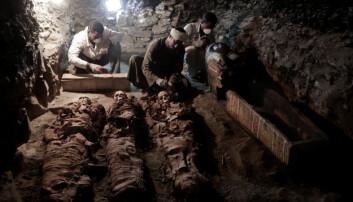 Arkeologer i arbeid ved mumier som er funnet i graven til en framstående gullsmed som levde i Egypt for 3500 år siden. (Foto: Nariman El-Mofty / AP / NTB scanpix)