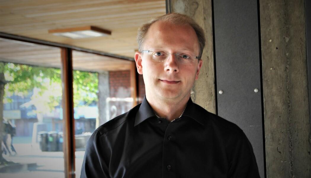 Bjørn Samset ble nylig kåret til vinner av forskningsrådets formidlingspris. Nå gir han ut en populærvitenskapelig bok om lyset. (Foto: Elise Kjørstad)