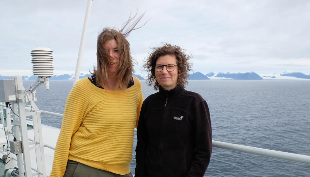 """Hege Holen Paulsrud (til venstre) og Lena Gudd på dekk på F/F """"Kronprins Haakon"""". (Foto: Inger Lise Næss)"""