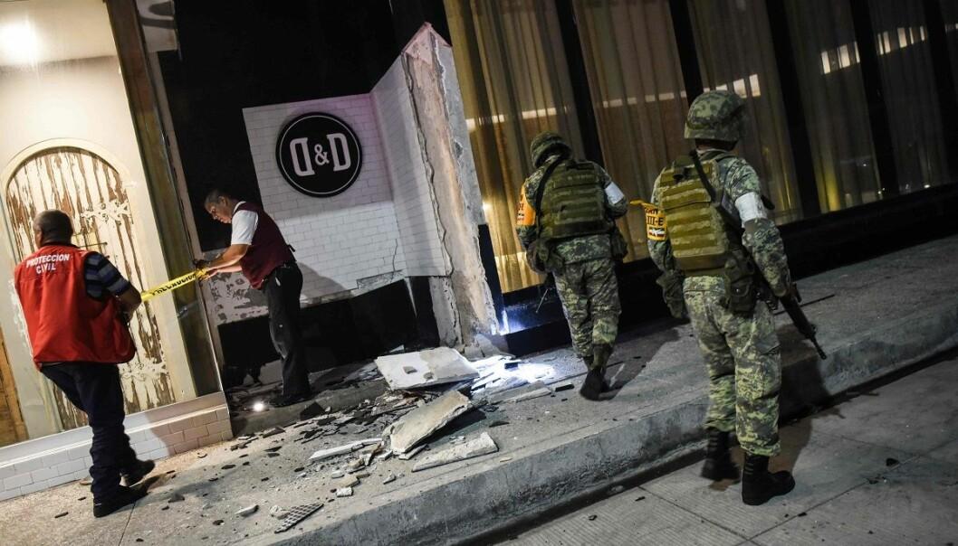 Soldater inspiserer skader i etter jordskjelvet torsdag. (Foto: Victoria Razo, AFP, NTB scanpix)