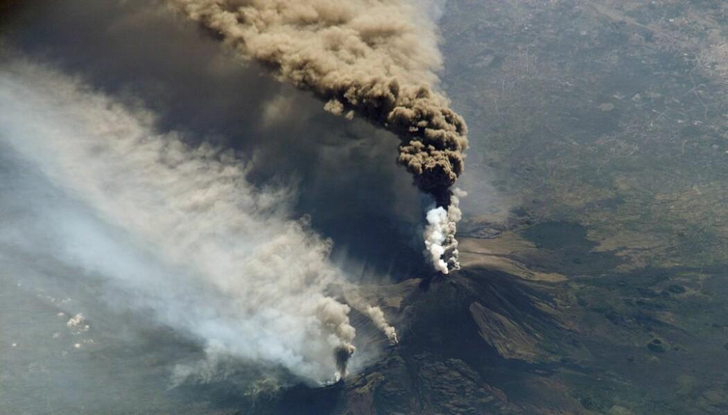 Etna sett fra den Internasjonale romstasjonen under et utbrudd i 2002. (Bilde: NASA)