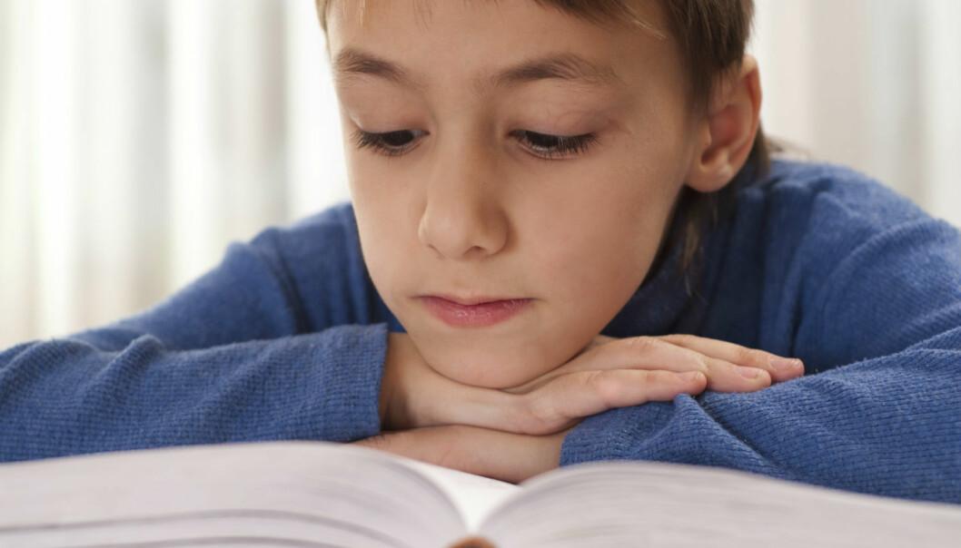 Jenter er best til å kjenne igjen bokstaver og lydene som hører til dem allerede fra de er seks år gamle. Guttene sakker tidlig akterut.  (Illustrasjonsfoto: Colourbox)