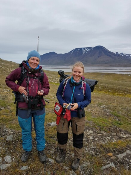 Sidsel Grønvik (t.v.) og Kine H. Bjelland deltok på høstens rypetelling. (Foto: Eva Fuglei / Norsk Polarinstitutt)