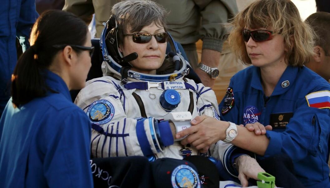 Bakkepersonell hjelper Peggy Whitson etter at hun og to andre romfarere landet i nærheten av byen Dzhezkazgan i et avsidesliggende område i Kasakhstan. (Foto: AP, NTB scanpix)