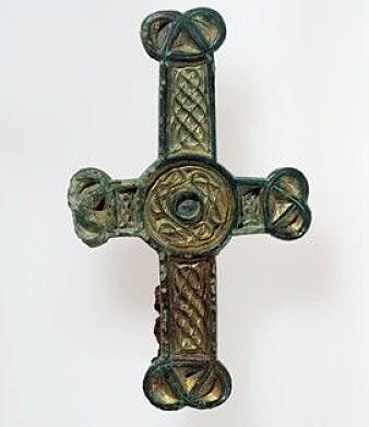 Irland var allereie eit kriste land då vikingane kom dit. Kristendommen og dens symbol var noko av det som vart med til Noreg. (Foto: Svein Skare/Universitetsmuseet)