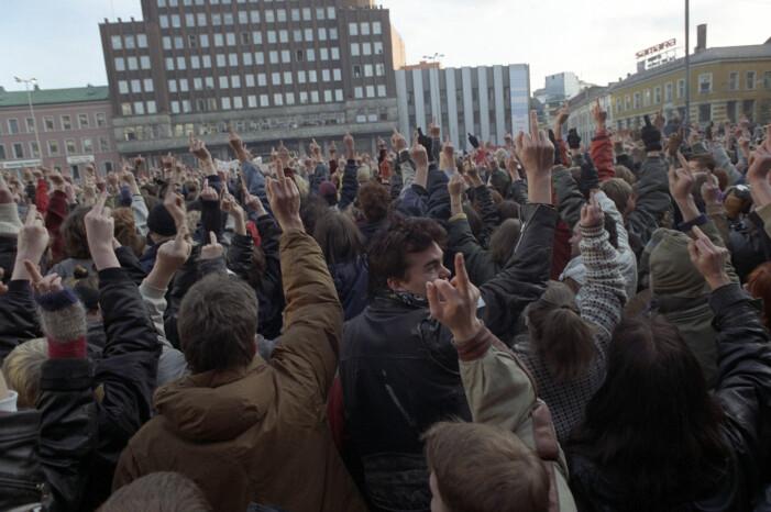 Da Arne Myrdal, leder for Folkebevegelsen mot innvandring, skulle tale på Youngstorget i Oslo i 1991, møtte rundt 8.000 demonstranter opp for å snu ham ryggen og vise ham fingeren. (Foto: Terje Bendiksby / NTB scanpix)