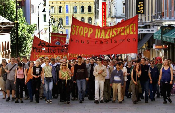 Da høyreekstremistene i Boot Boys ønsket å organisere en marsj til minne om nazisten Rudolf Hess i år 2000, ble det avholdt en motdemonstrasjon. 15.000 mennesker samlet seg på Youngstorget for å ta avstand til høyreekstremisme. Bildet viser en gruppe fra Blitz-huset i Oslo. (Foto: Ørn Borgen / NTB Scanpix)