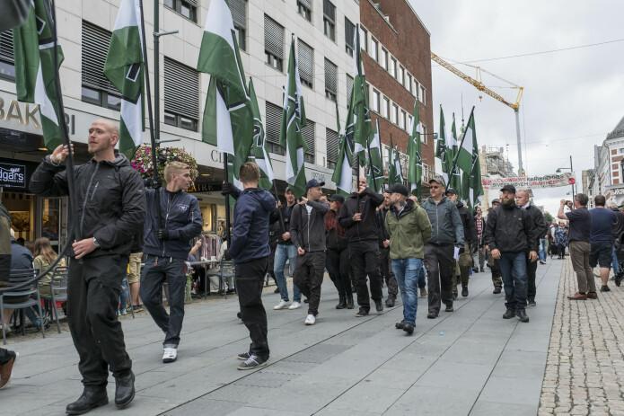 Slik så det ut da den høyreekstreme organisasjonen som kaller seg «Den nordiske motstandsbevegelsen» utførte en gatedemonstrasjon i Kristiansand i juli 2017. (Foto: Tor Erik Schrøder / NTB scanpix)