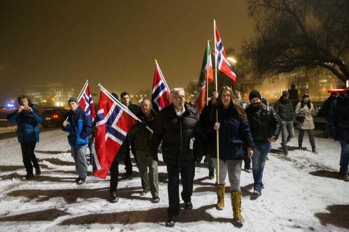 Journalister omkranser en liten gruppe med Pegida-demonstranter, som møtte opp utenfor Oslo rådhus i 2015. Gruppen sa de demonstrerte mot muslimsk innvandring og påvirkning fra islam. (Foto: Berit Roald / NTB scanpix)