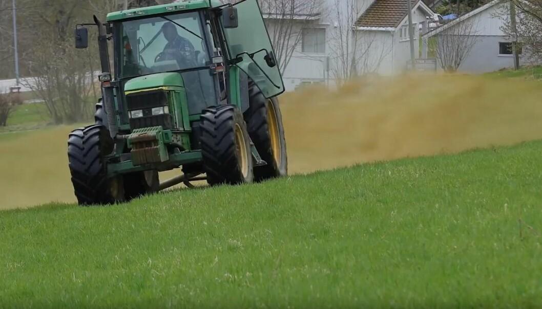 Møkka gir næring til planter og jord, men selve spredningen kan gjøres på flere måter. (Foto: Norsøk)