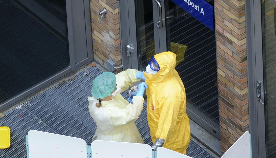Her står ansatte ved Ullevål sykehus klare til å ta imot den ebola smittede kvinnen i 2014. (Foto: Terje Pedersen / NTB scanpix)