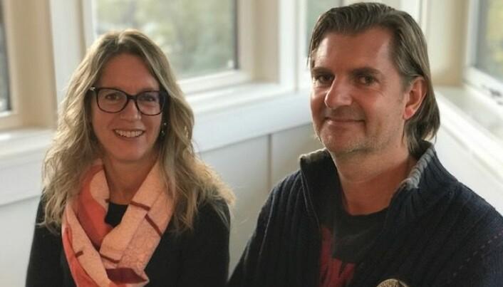 Irene Norheim og Dag Vegard Skjelstad jobber med pasienter med bipolar lidelse. De er bekymret for at mange pasienter ikke får en enkelt behandling som forskning har vist er effektiv. (Foto: Siw Ellen Jakobsen)