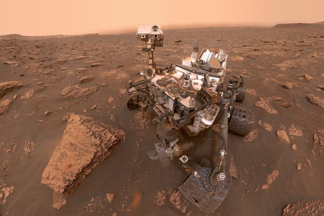 NASA kaller det en selfie, men egentlig er dette bildet satt sammen av flere bilder «Curiosity» sendte til jorda 15. juni i år. (Illustrasjon: NASA/JPL-Caltech/MSSS)