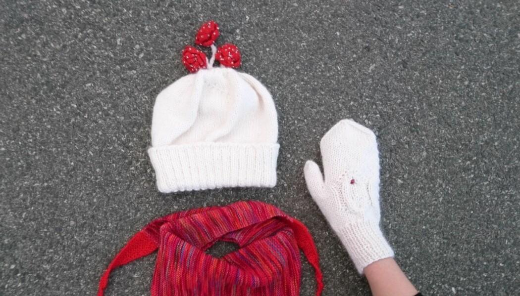 Feministisk snøhvitlue stylet med statistisk normalfordelingsskjerf og nystrikket vulvavott.