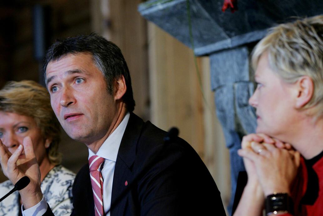 Partilederne Åslaug Haga (t.v.) og Kristin Halvorsen (t.h.) måtte gi seg. Jens Stoltenberg fikk det som han ville. Her fra den rød/grønne regjeringens ettårsdag på Soria Moria konferansesenter i Oslo i 2006. (Foto: Håkon Mosvold Larsen / NTB scanpix)