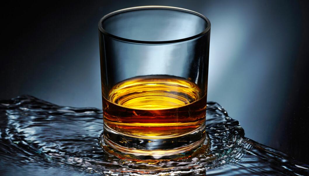 Whiskyen dufter og smaker mer når den får litt vann i seg.   (Foto: MaraZe / Shutterstock / NTB scanpix)