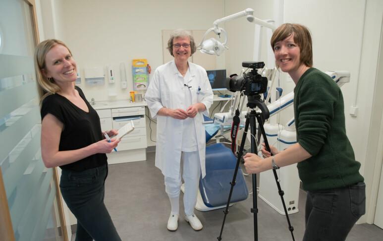 Sigrid Kvaal (i midten) har fått god trening i å snakke med journalister det siste året. Her har hun besøk av Beth Ryder (t.v.) og Anna Noble fra BBC. (Foto: Ingar Storfjell, OD/UiO)