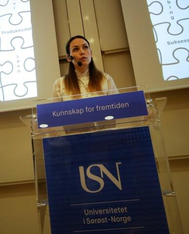 Her forsvarer Tone Langjordet Johnsen sin doktorgradsavhandling. Hun var den første doktorgradskandidaten som disputerte ved Universitetet i Sørøst-Norge. (Foto: Foto: Stian Kristoffer Sande/USN)