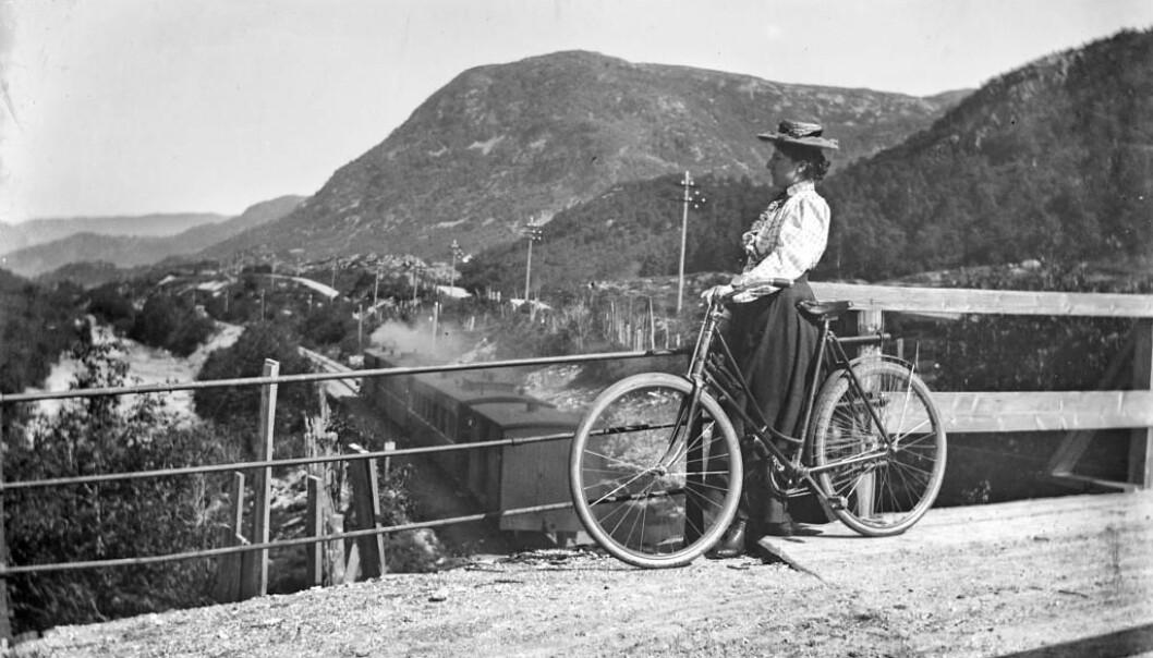 Sykkelens inntog ga kvinner nye muligheter. Bevegelsesfriheten ble større, både i utstrekning og under skjørtene. (Foto: Lauritz Johan Bekker Larsen, Universitetsbiblioteket i Bergen)
