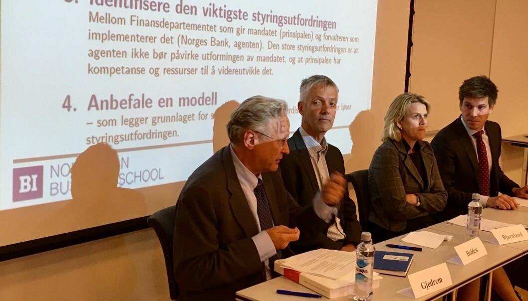 Utvalgsleder Svein Gjedrem (til venstre) la frem sentralbanklovutvalgets rapport tirsdag. Professor Steinar Holden ved UiO, professor Hilde Bjørnland, BI og Espen Henriksen, BI debatterte forslaget om å skille ut oljefondet.  (Foto: Anne Lise Stranden/forskning.no)