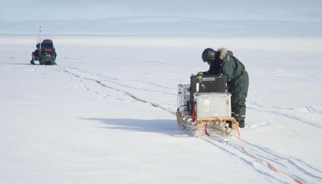 Forskere bruker et radarsystem for å finne ut av hva som skjer under isen i Antarktis. (Foto: Peter Leopold, Norsk Polarinstitutt)