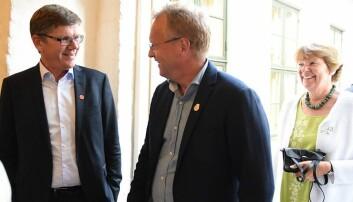 UiO-rektor Svein Stølen og byrådsleiar Raymond Johansen (A) skreiv under ein overordna samarbeidsavtale mellom UiO og Oslo kommune. Bak kjem ordførar Marianne Borgen (SV). (Foto: Ola Sæther)