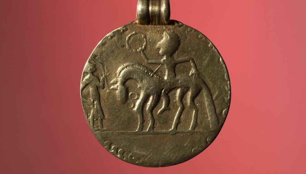 Medaljongen fra Mauland i Time kan være produsert på Jæren. Selv om motivet etterligner romerske medaljonger, er det mulig håndverkeren her har fremstilt en person fra det lokale elitemiljøet. ( Foto: Terje Tveit, AM, UiS.)