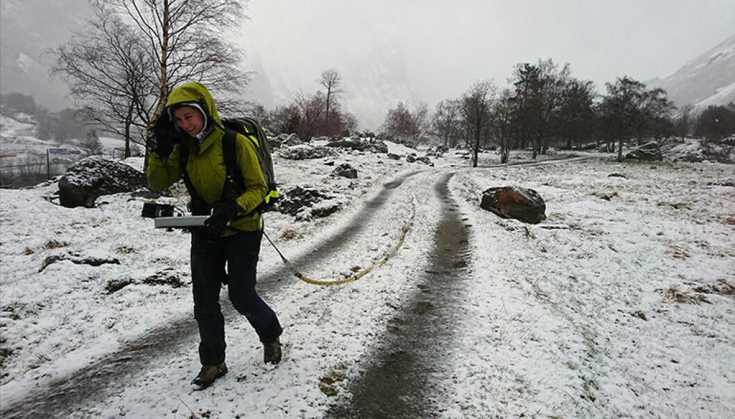 Forsker Paula Hilger tar prøver fra de gamle skredmassene under Mannen. (Foto: NGU)