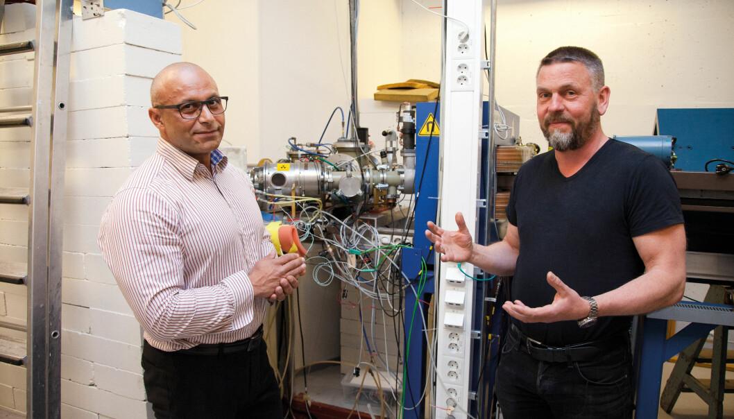 Gjermund Henriksen og Bent Schoultz har tatt patent på en helt ny metode for å kunne lage det radioaktive, medisinske stoffet astat-211. Stoffet skal kunne festes til bæremolekyler og drepe kreftcellene innenfra. (Foto: Yngve Vogt)