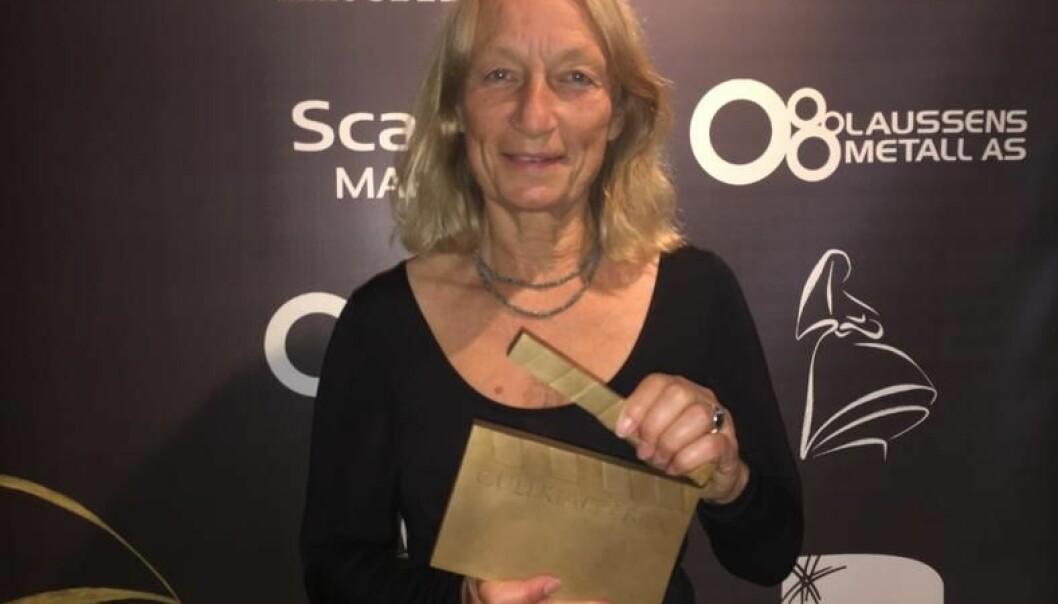 Inge-Lise Langfeldt mottok den prestisjetunge prisen Gullklapperen under Amandaprisutdelingen 2017. (Foto: Høgskolen i Innlandet)