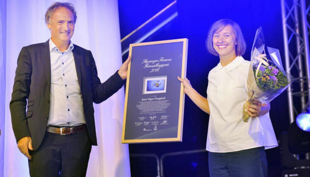Prisvinner Janne Stigen Drangsholt har en sterk formidlingsevne og et sterkt engasjement. Direktør Jan Hauge i Stavanger Forum delte ut prisen. (Foto: UiS)