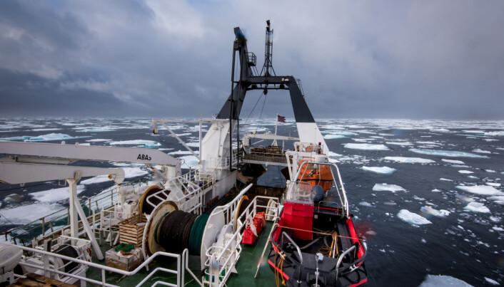 Forskningsfartøyet «Helmer Hanssen» på tokt i Polhavet. Varmt hav gir mindre sjøis nord for Svalbard, noe som kan føre til endret havmiljø. Derfor har Norge økt forskningsinnsatsen i dette området. (Foto: Elvar H. Hallfredsson, Havforskningsinstituttet)