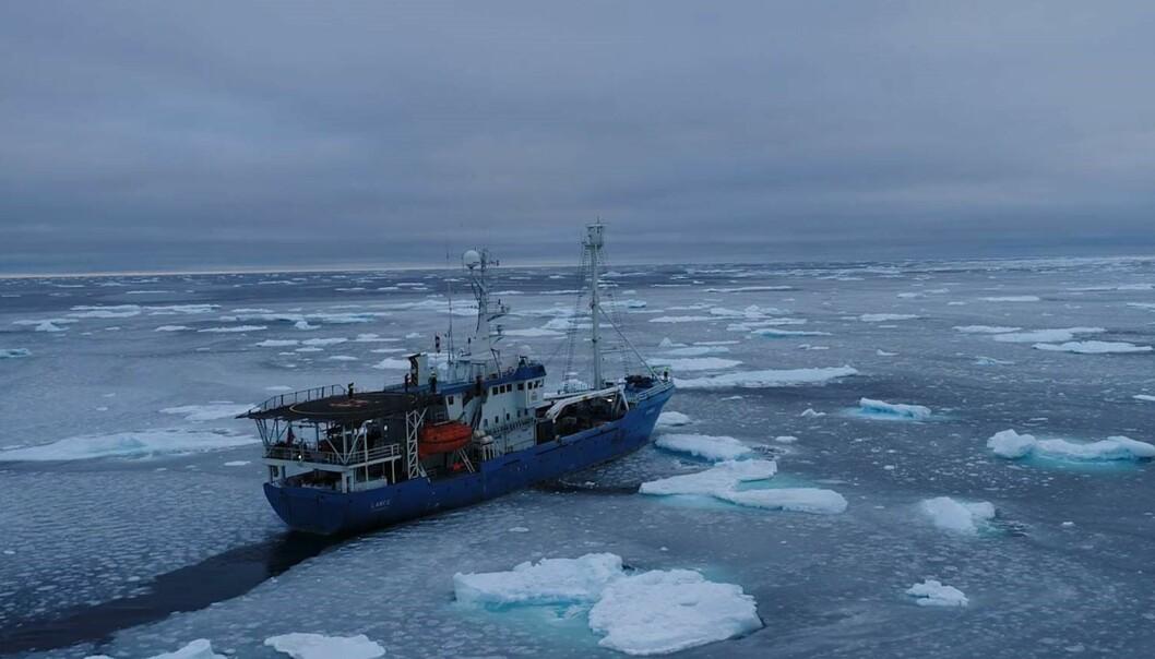 Polarinstituttets tidligere forskningsfartøy «Lance» på tokt nord for Svalbard. Innstrømning av varmt atlantisk vann bidrar til at isen er tynnere og mer oppstykket enn tidligere. (Foto: Norsk Polarinstitutt)