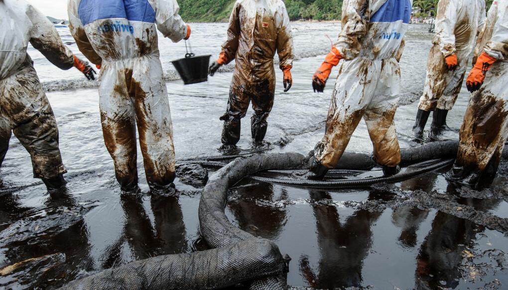 Oljesøl er et kjent syn i verdens farvann, og konsekvensene er store. Kan en ny svamp suge opp problemet? (Foto: NTB scanpix)