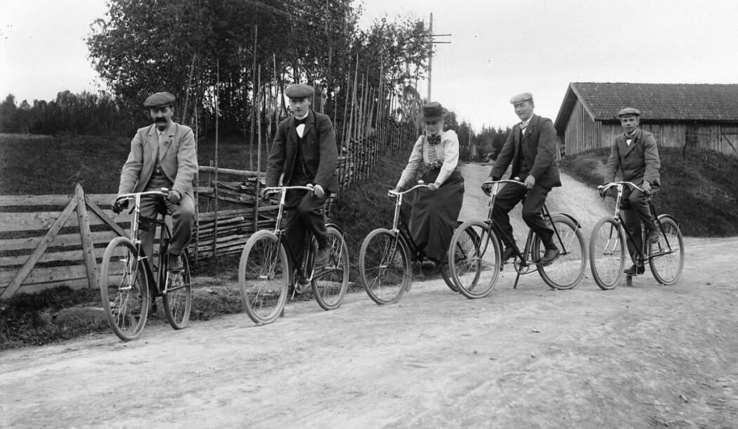 Fem syklister stopper til ære for fotografen en gang mellom 1890 og 1910. Da sykkelen slo igjennom for alvor på 1890-tallet, ga det nye muligheter til å komme seg rundt. Men det var også store diskusjoner om hvor farlige syklistene var, særlig for lettskremte hester. (Foto: Kristoffer Horne, Stiftelsen Domkirkeodden, CC pdm)