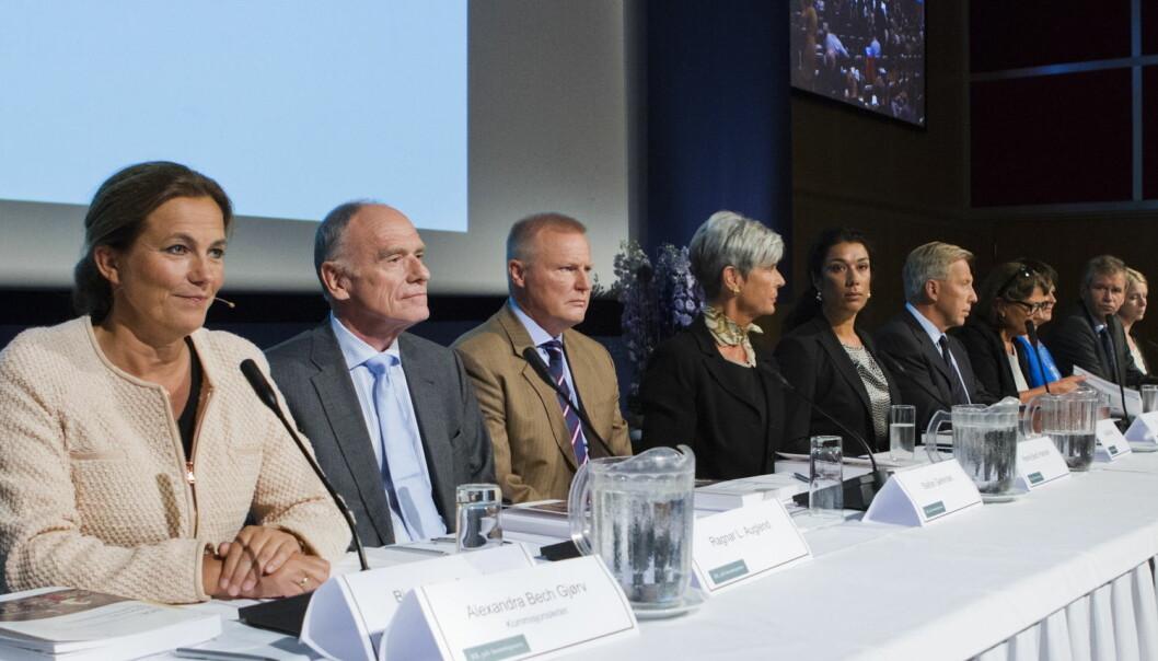 Bildet viser 22. juli-kommisjonen under presentasjonen av kommisjonen rapport. Kommisjonen var lukket og bestod hovedsakelig av forskere og ledere fra offentlig sektor og næringsliv. (Foto: Berit Roald / NTB scanpix)