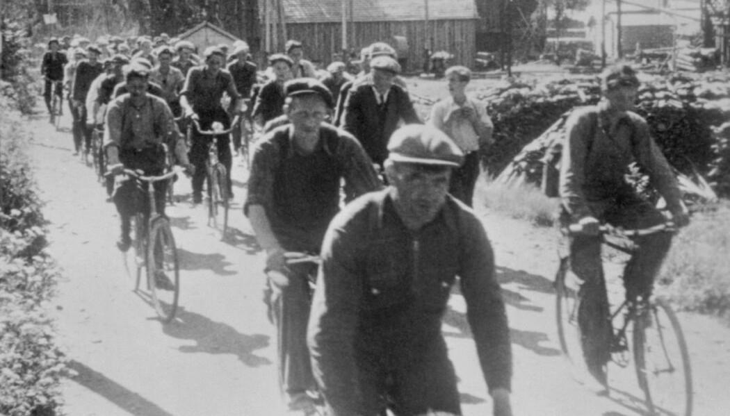 Arbeidere på sykkel, på vei hjem fra jobben ved Berger Langmoen AS i Brumunddal i 1940. (Foto: Ukjent, Domkirkeoddens Fotoarkiv, CC pdm)