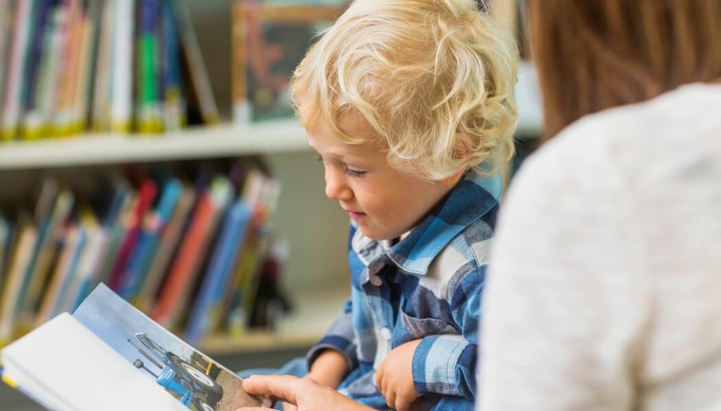 – Barnehageansatte kan spørre barna om hva de tror ulike ord betyr når de leser bøker eller snakker med dem. Da kan de få verdifull informasjon om den språklige kompetansen til barna, råder forsker. (Illustrasjonsfoto: Tyler Olson / Shutterstock / NTB scanpix)