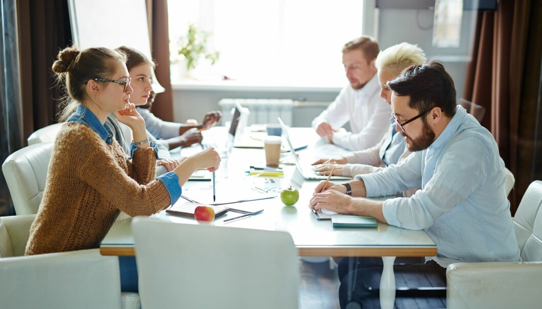 Ansatte som mestrer mindfulness presterer bedre, viser forskning. Men hvordan skal sjefen gå fram for å oppnå et slikt arbeidsmiljø? (Illustrasjonsfoto: Colourbox)