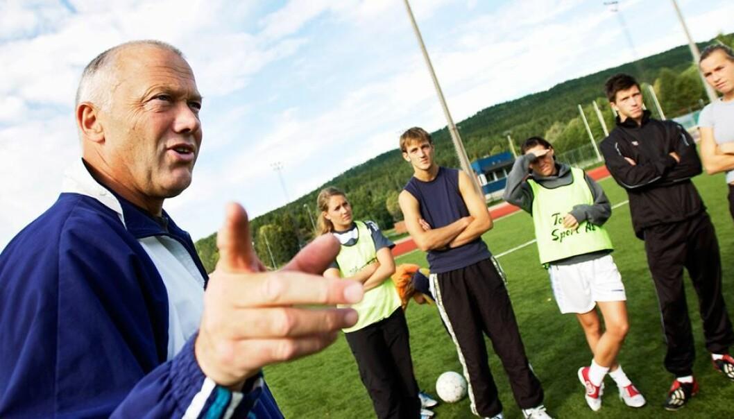 Norske fotballtrenere mener ofte de legger mest vekt på mestring og utvikling hos barn og ungdom. Men mange strever med å utøve det i praksis ‒ på banen, viser en ny doktorgrad. Et typisk problem er at de lar de beste få spille mest. (Foto: NIH)