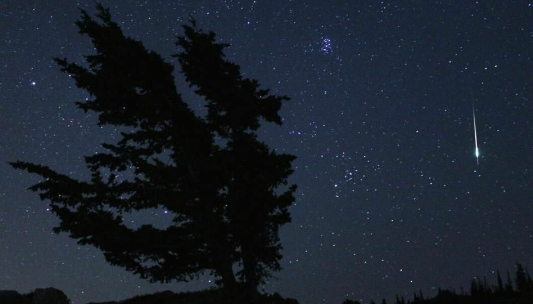 En liten stein brenner opp i atmosfæren og gir et flott stjerneskudd – hvis den da ikke treffer en satellitt først.  (Foto: NASA/Bill Dunford)