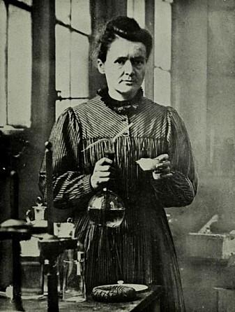 Kjemiker og fysiker Marie Curie ble i 1903 det første av tre kvinner som har fått nobelprisen i fysikk siden 1895. I 1911 fikk hun også nobelprisen i kjemi. (Foto: Wikimedia)