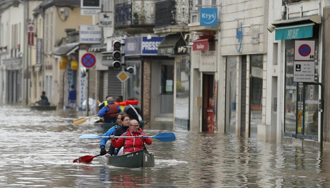 Tilfeller av ekstrem nedbør og tørke økte i 2016. Her padler folk gjennom tettstedet Nemours 50 mil sør for Paris etter en oversvømmelse i juni i fjor. (Foto: AP, NTB scanpix)