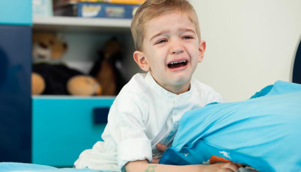 Forsker mener vi bør gjøre avtaler med barna før de går på skolen. Hvis sønnen din klager på vondt i magen, bør han likevel gå på skolen med avtale om å kunne gå hjem igjen dersom det blir verre i løpet av dagen.  (Foto: Shutterstock / NTB scanpix)