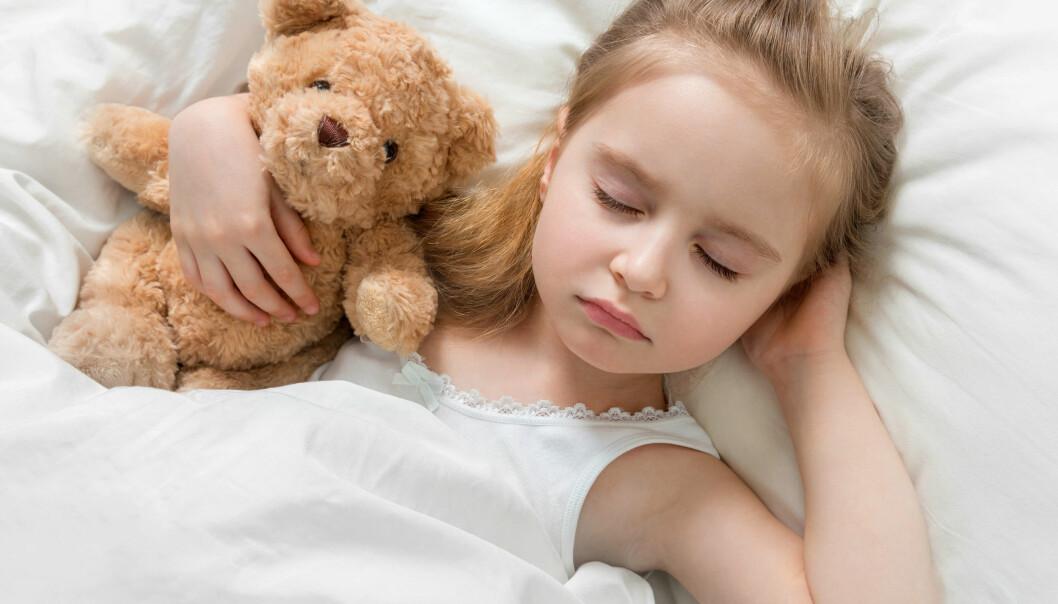 Barn med nattlig epileptisk aktivitet (NEA) sover tilsynelatende fredfullt mens hjernen fyrer av epileptisk aktivitet. (Illustrasjonsfoto: Colourbox)