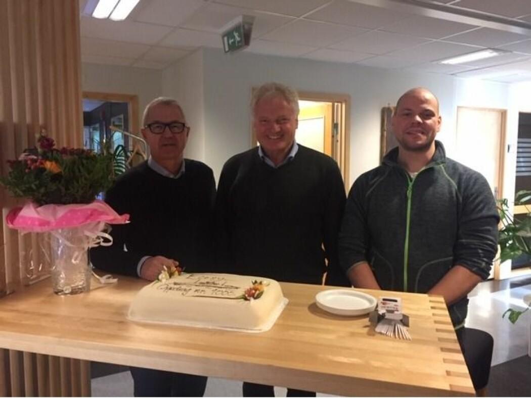 Bildet viser kakefeiringen med de to ansatte som er stasjonert i Molde; Dag Remi Reitan og Bjørn Haukebø (CEO) - som også er mye i Trondheim hvor vi har laboratorier og tre andre ansatte. (Foto: NTNU Energi)