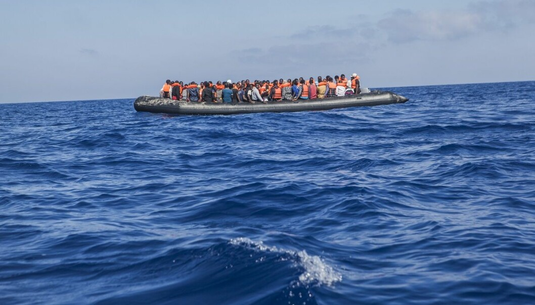 Under halvparten så mange flyktninger og migranter la ut på den farlige ferden over Middelhavet i juli i år, sammenlignet med i fjor, viser nye tall. (Foto: AP, NTB scanpix)
